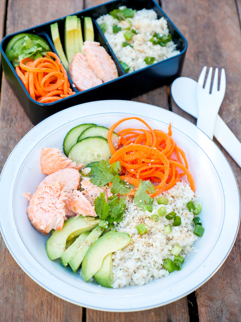 low carb meal prep bowl mit lachs avocado und blumenkohreis. Black Bedroom Furniture Sets. Home Design Ideas
