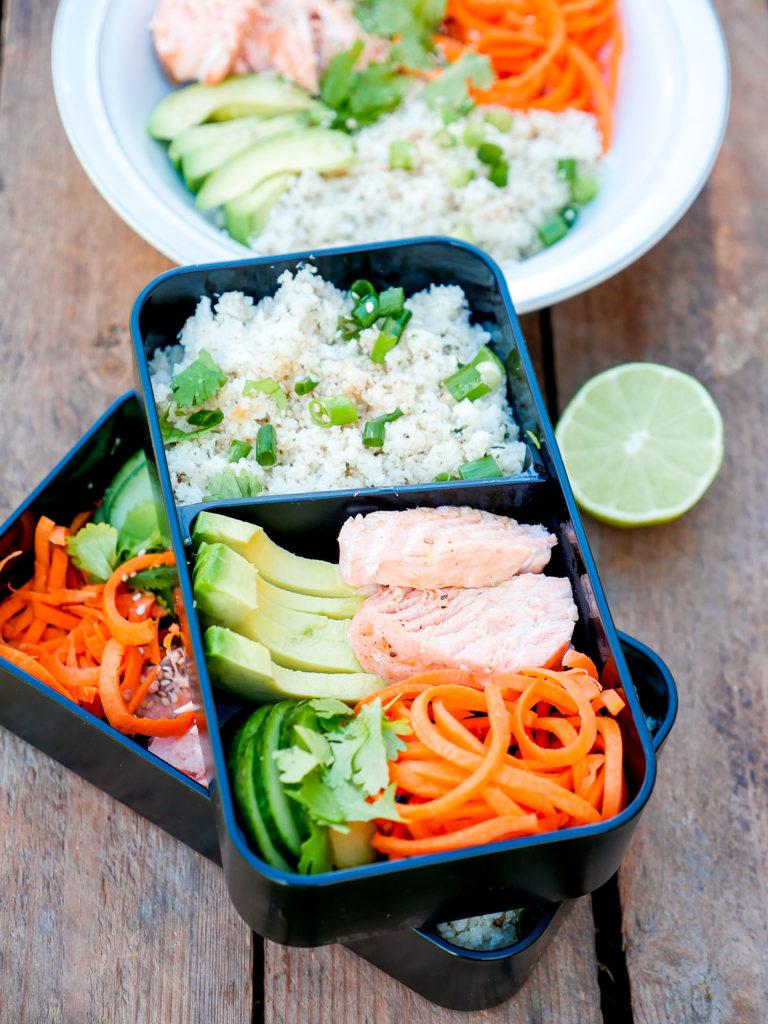 Low Carb Meal Prep Bowl mit Lachs, Avocado und Blumenkohlreis