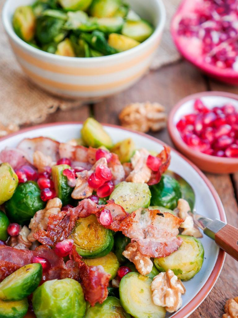 Gebratener Rosenkohl mit Speck, Walnüssen und Granatapfel