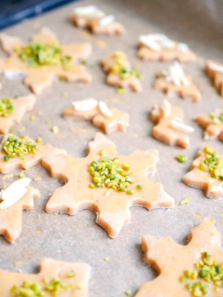 Kinderplätzchen für Weihnachten mit Pistazien und Mandeln backen