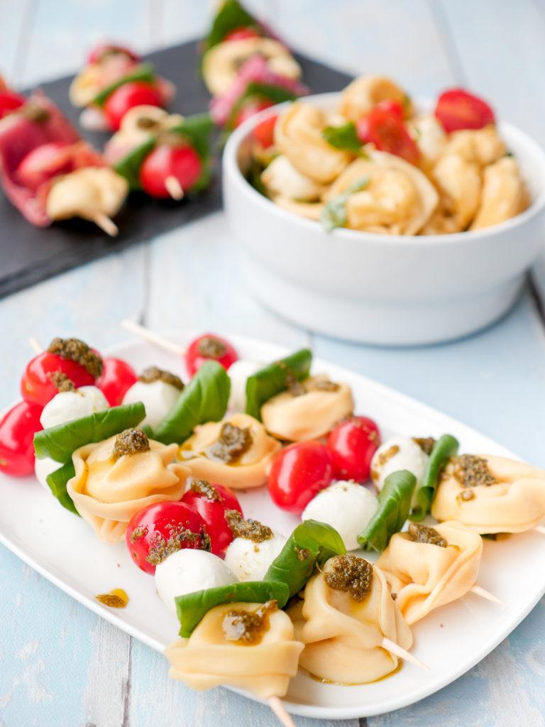 Nudelsalat am Spieß mit Tomaten und Mozzarella - eine tolle Fingerfood-Idee für das Partybuffet, das Grillfest oder euer Sommer-Picknick GAUMENFREUNDIN FOODBLOG #nudelsalat #spieß #nudelsalatspieße #tortellini #tomaten #mozzarella #pesto #basilikum #schnell #kinder #einfach