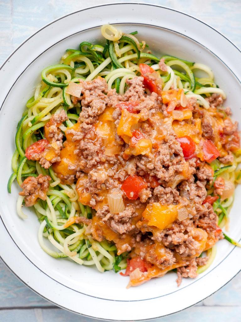 Low Carb Taco-Zucchininudeln mit Hackfleisch, Cheddar und Tomaten