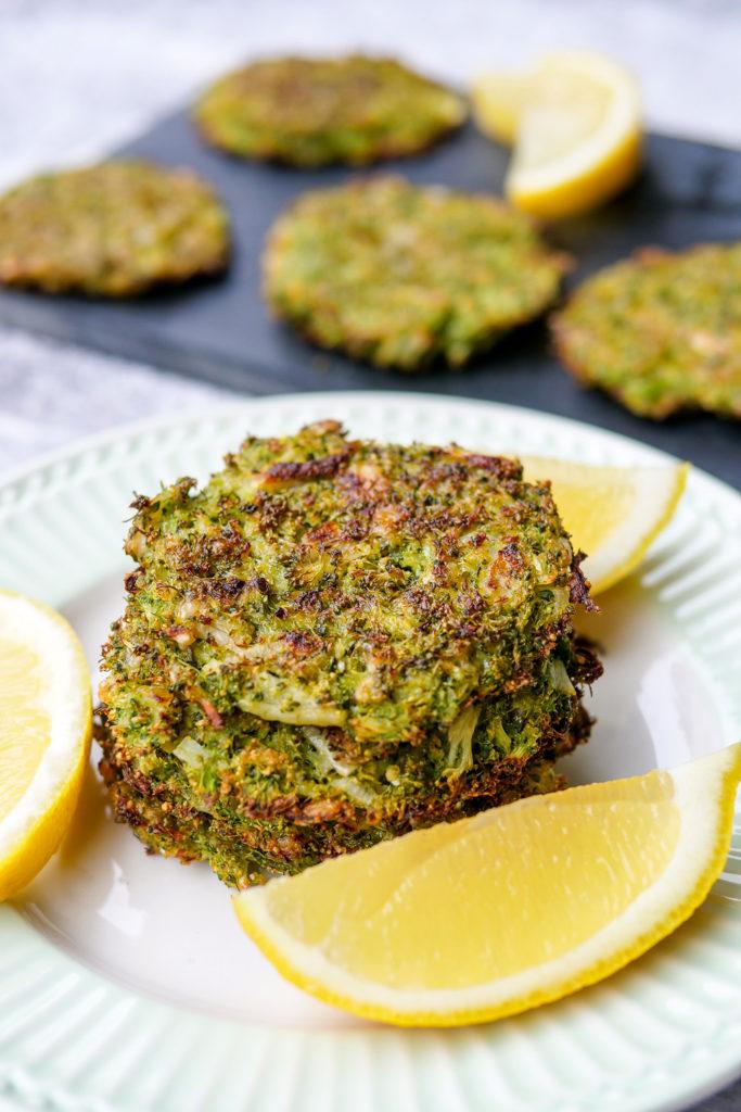 Gesundes Snack-Rezept für Kinder - die knusprigen Brokkoli-Taler schmecken Groß und Klein - Gaumenfreundin Foodblog #brokkolitaler #knusprig #kinderrezepte #kinder #rezept #einfach #backofen