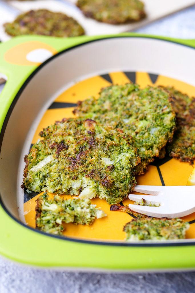 Brokkoli-Taler mit Parmesan - ein schneller und gesunder Snack der nicht nur Kindern schmeckt - Gaumenfreundin Foodblog #kinder #rezepte #kinderrezept #snack #brokkoli #taler #gebacken #parmesan