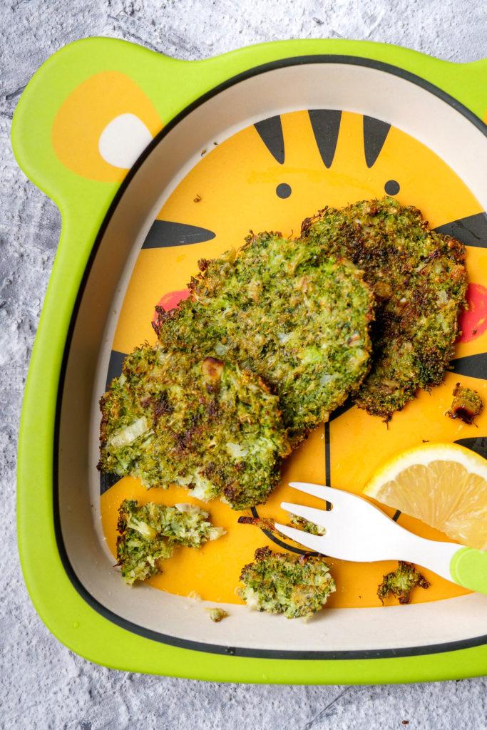 Brokkoli-Taler aus dem Backofen - ein gesunder Snack für Kinder - Gaumenfreundin Foodblog #brokkoli #snack #gesund #rezept #kinderrezept #healthy #food