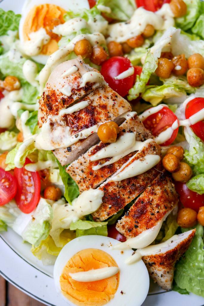 Gesunder Caesar Salad mit Kichererbsen, Tomaten, Eiern und Hähnchen - Low Carb und WW geeignet GAUMENFREUNDIN #caesarsalad #salat #rezept #hähnchen #lowcarb #kichererbsen #gesund