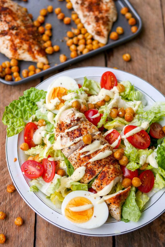 Caesar Salad mit gerösteten Kichererbsen und Ofen-Hähnchen - meine Low Carb Variante des beliebten Salat-Klassikers GAUMENFREUNDIN FOODBLOG #caesarsalad #salad #salat #rezept #lowcarb #gesund #schnell #einfach #abnehmen #hähnchen #kichererbsen