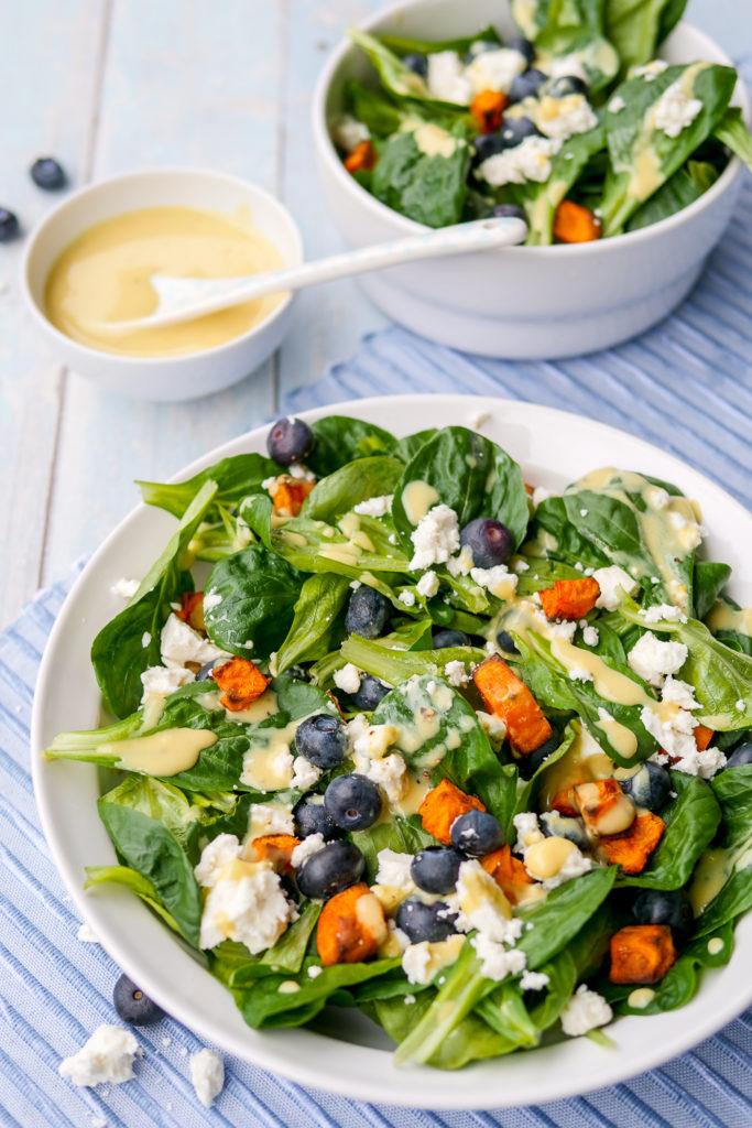 Winter-Feldsalat mit Heidelbeeren, Feta und Süßkartoffeln - ein schneller Salat mit wenigen Zutaten GAUMENFREUNDIN #salat #rezept #feldsalat #heidelbeeren #feta #ww #honig #süßkartoffeln #backofen