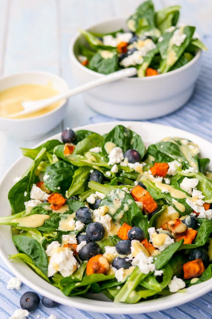 Feldsalat mit Süßkartoffeln und Heidelbeeren - ein leckerer Wintersalat mit schnellem Honig-Senf-Dressing GAUMENFREUNDIN #feldsalat #wintersalat #süßkartoffeln #heidelbeeren #rezept