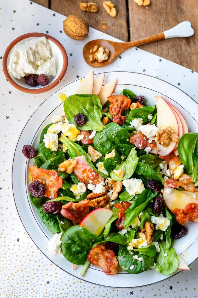 Feldsalat mit gebratenem Speck, Äpfeln, Cranberrys, Feta und Walnüssen - ein schneller und gesunder Wintersalat