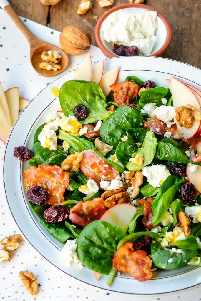Gesunder Feldsalat mit gebratenem Bacon, Cranberrys, Walnüssen, Feta und Äpfeln - ein neuer Lieblingssalat - Gaumenfreundin Foodblog