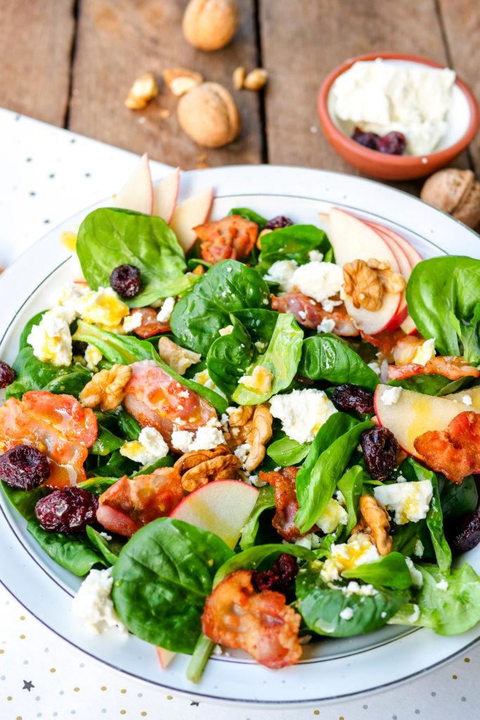 Einfaches Rezept für Feldsalat mit Speck und Äpfeln - eine wunderbar fruchtige Kombination an frischen Zutaten