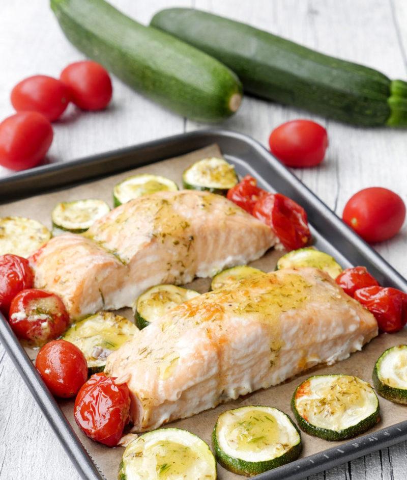 """Ofen-Lachs mit Zucchini und Tomaten aus """"One-Pot-Gerichte für die Familie"""" von Steffi Sinzenich"""