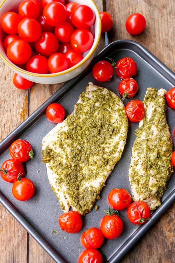 5-Minuten-Rezept für Low Carb Pesto-Hähnchen - Gaumenfreundin Foodblog #lowcarb #rezepte #schnell #einfach #3zutaten