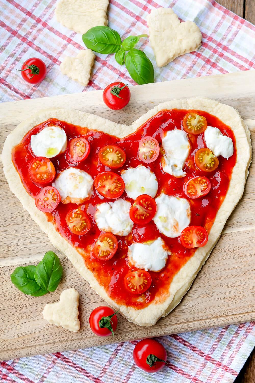Last-Minute-Geschenk für Verliebte - die Herzpizza mit Tomaten, Mozzarella und Basilikum ist ein echter Hingucker