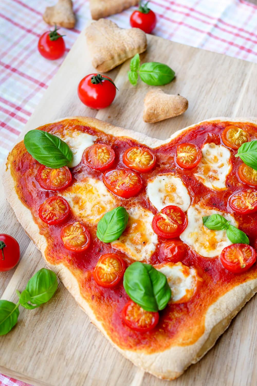 Herzpizza - die Pizza in Herzform ist eine schnelle Geschenkidee zum Valentinstag, Muttertag, Geburtstag oder Hochzeitstag