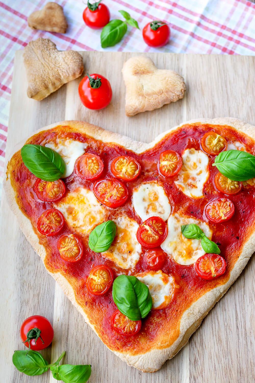 Schnelle Herzpizza für Verliebte - ein romantisches Last-Minute-Geschenk für Verliebte