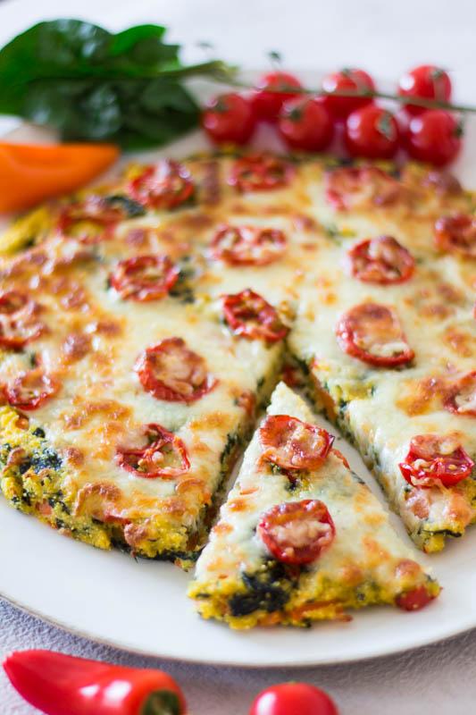 Einfache Polenta-Pizza mit Spinat und Tomaten - ein schnelles und gesundes Kinderrezept
