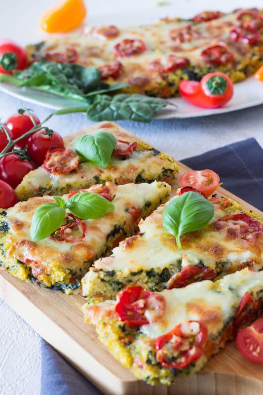 Gesunde Polenta-Pizza mit Spinat und Tomaten - ein schnelles Rezept für Kinder