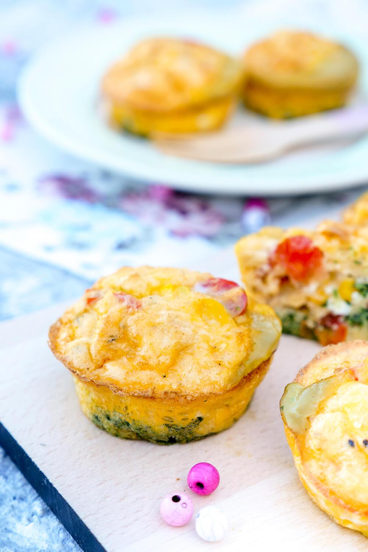 Low Carb Eiermuffins mit Spinat, Tomaten, Parmesan und Mais - ein schneller Snack für zwischendurch