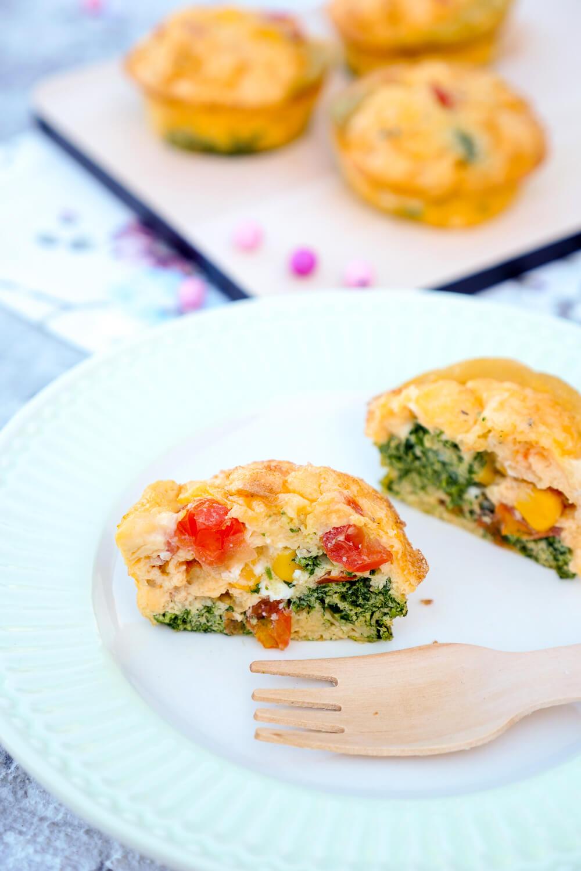 Herzhafte Muffins mit Eiern, Blattspinat, Tomaten, Mais und Parmesan - toll für die Snackbox