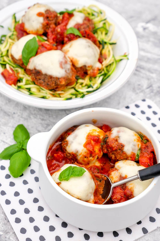 Mediterrane Low Carb Hackbällchen mit Mozzarella und Tomatensoße