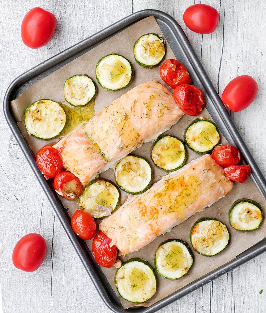 """Low Carb Ofenlachs mit Tomaten und Zucchini aus meinem Kochbuch """"One-Pot-Gerichte für die Familie"""""""
