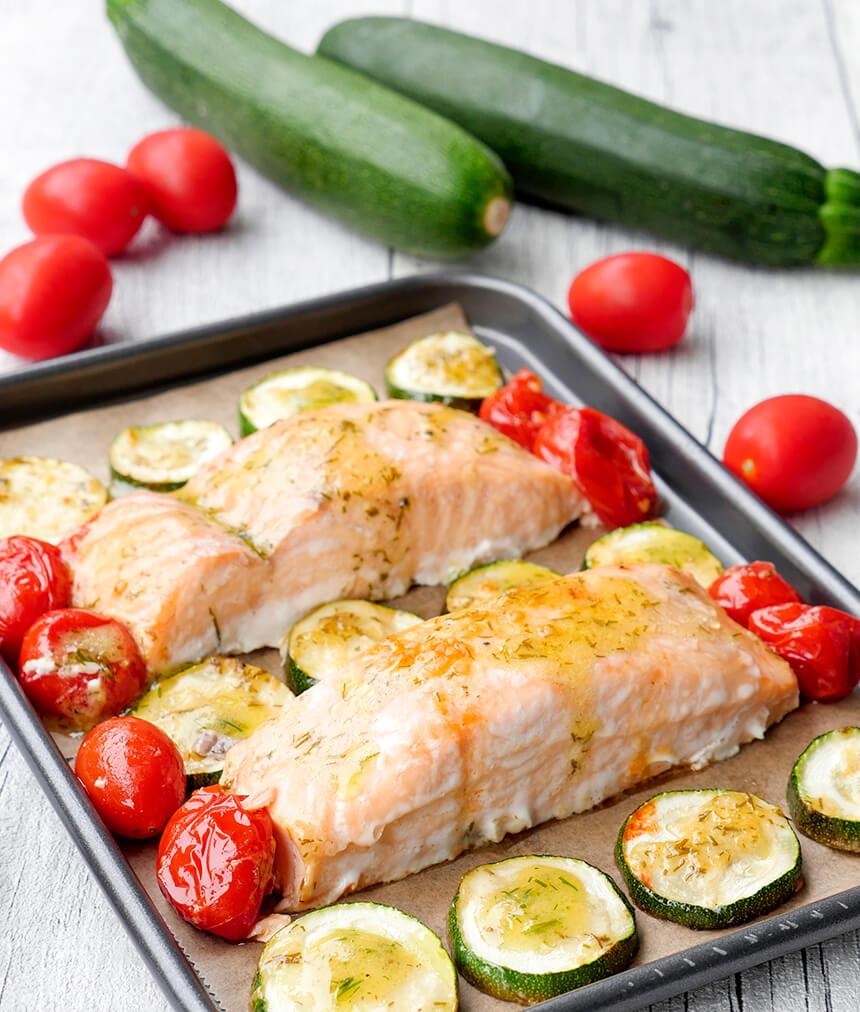 Low Carb Ofenlachs mit Honig-Senf-Dressing, Tomaten und Zucchini - ein schnelles und einfaches Familienrezept
