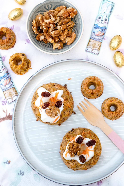 Rezept für gesunden Carrot Cake Gugelhupf mit einem Frosting aus griechischem Joghurt und Ahornsirup - ein leckerer Möhrenkuchen für das Osterfest, der auch Kindern schmeckt