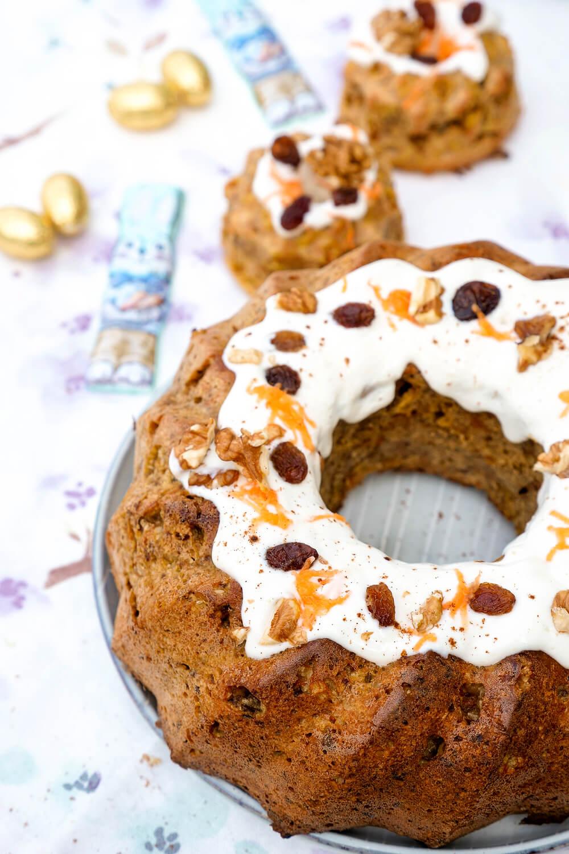 Rezept für gesunden Carrot Cake Gugelhupf mit Möhren, Walnüssen und Kokosraspeln - perfekt für die Ostertafel