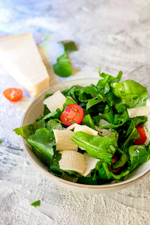 Schneller und frischer Rucolasalat mit Tomaten und Parmesan