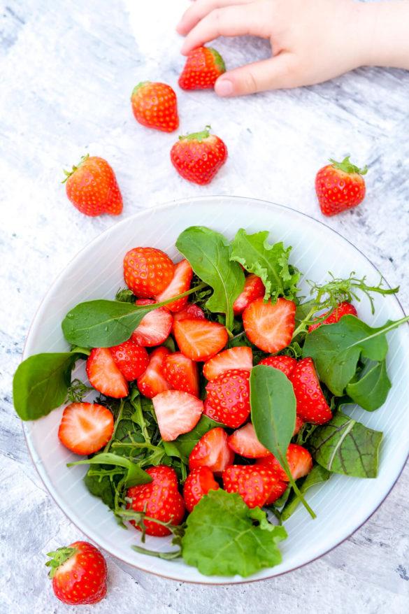 Einfacher Erdbeersalat mit Rucola und Parmesan