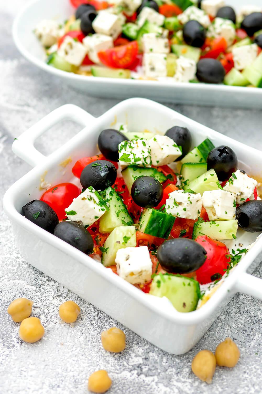 Hummus Dip - Griechischer Schicht-Dip mit Hummus, griechischem Joghurt, Tomaten, Gurken, Feta und Oliven