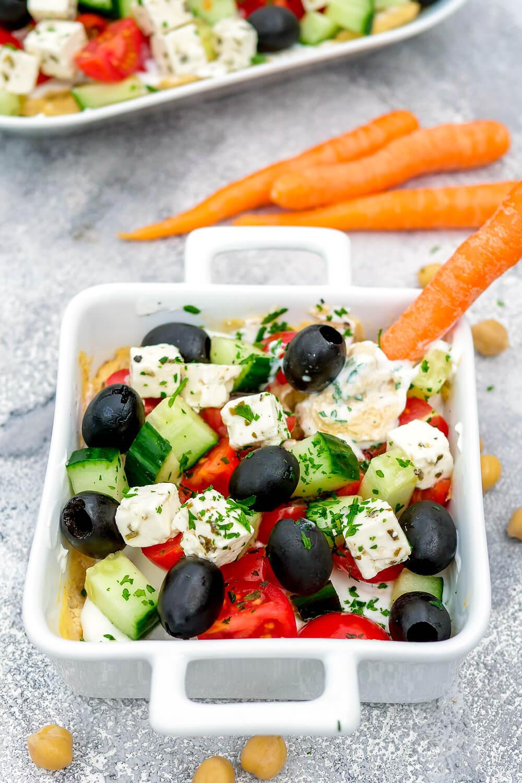 Unglaublich leckerer Schicht-Dip mit selbstgemachtem Hummus, Oliven, Gurken und Tomaten