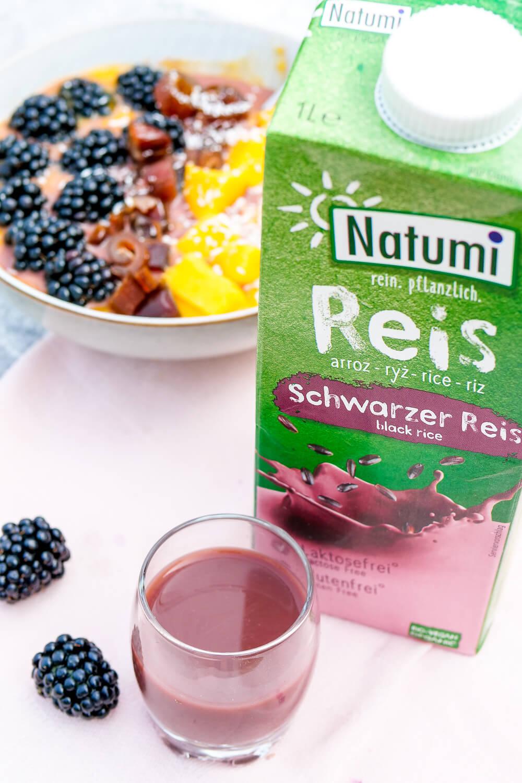 Natumi Schwarzer Reis Drink und mein Grundrezept für Overnight Oats mit Mangosoße und Brombeeren