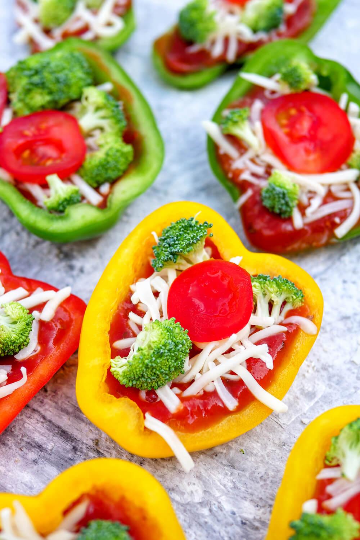 Gefüllte Paprika im Pizza-Style - ein schneller Low Carb Snack belegt mit Brokkoli, Tomaten, Mozzarella und Pizzakräutern