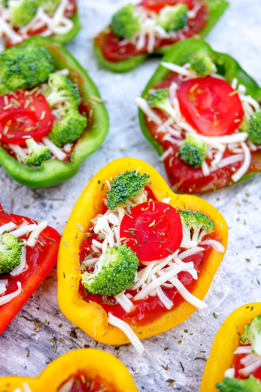 Gefüllte Paprika mit Brokkoli, Tomaten, Pizzasauce und Käse