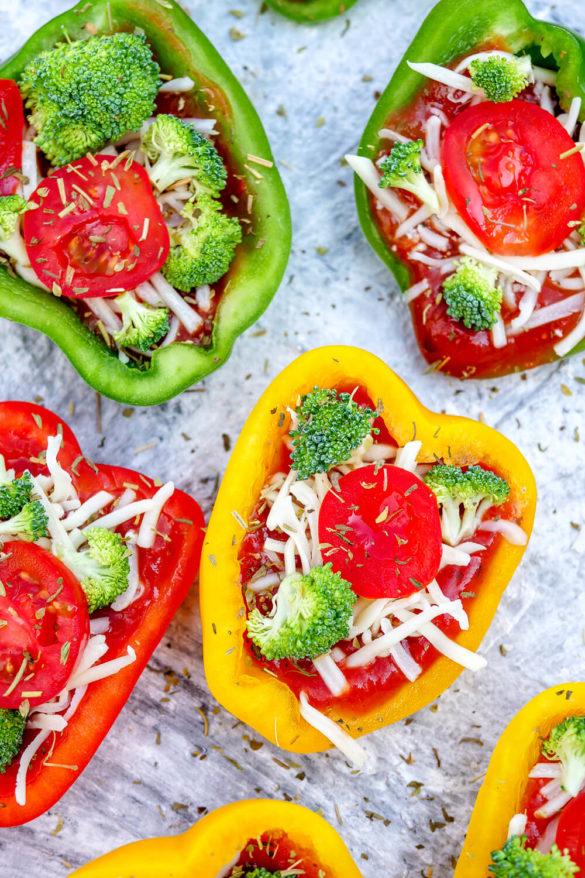 Gefüllte Pizza-Paprika mit Brokkoli, Tomaten und geriebenem Käse