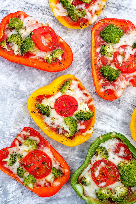vegetarische Low Carb gefüllte Pizza-Paprika mit Brokkoli und Tomaten - schnell, gesund und auch bei Kindern sehr beliebt