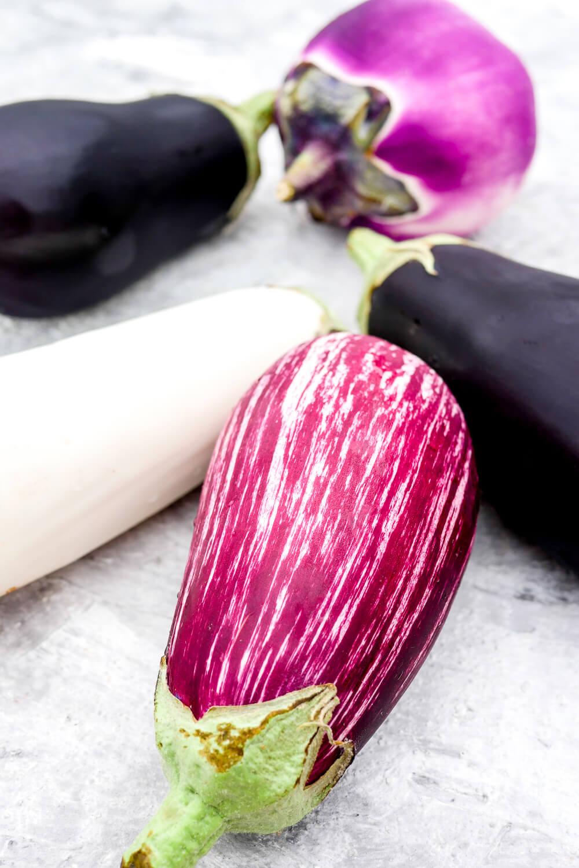 Auberginen gibt es in mehreren Farben und Formen