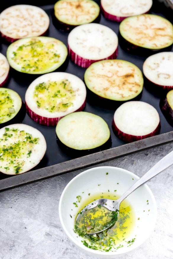 Auberginen im Ofen gebacken mit Knoblauchöl und Kräutern