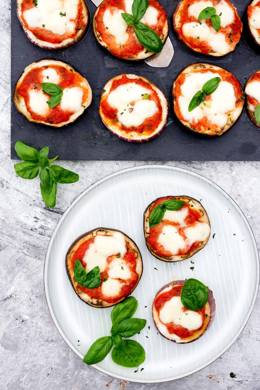Low Carb Auberginen-Pizza - Ein schnelles Low Carb Rezept mit Knoblauch-Öl, Tomatensoße, Mozzarella und Basilikum