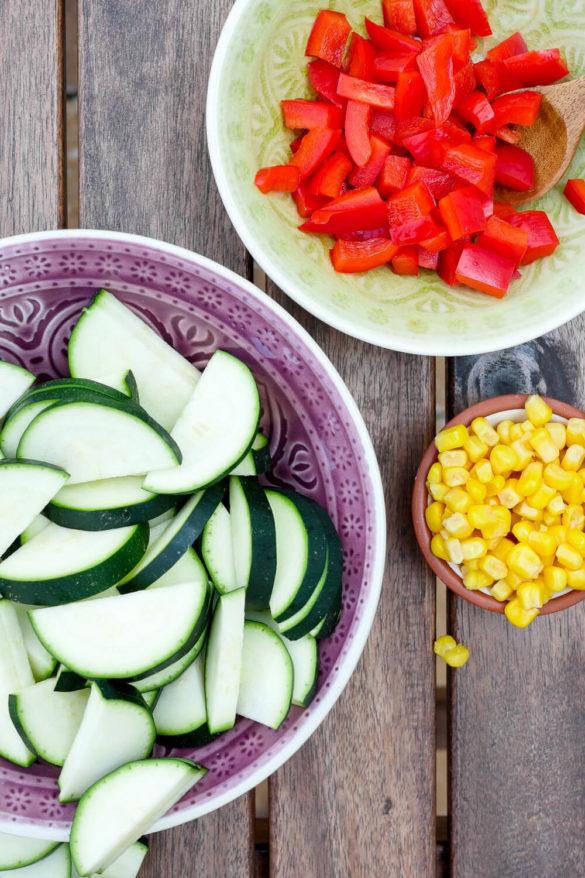 Frische Zutaten für meine Quesadillas - Zucchini, Paprika und Mais