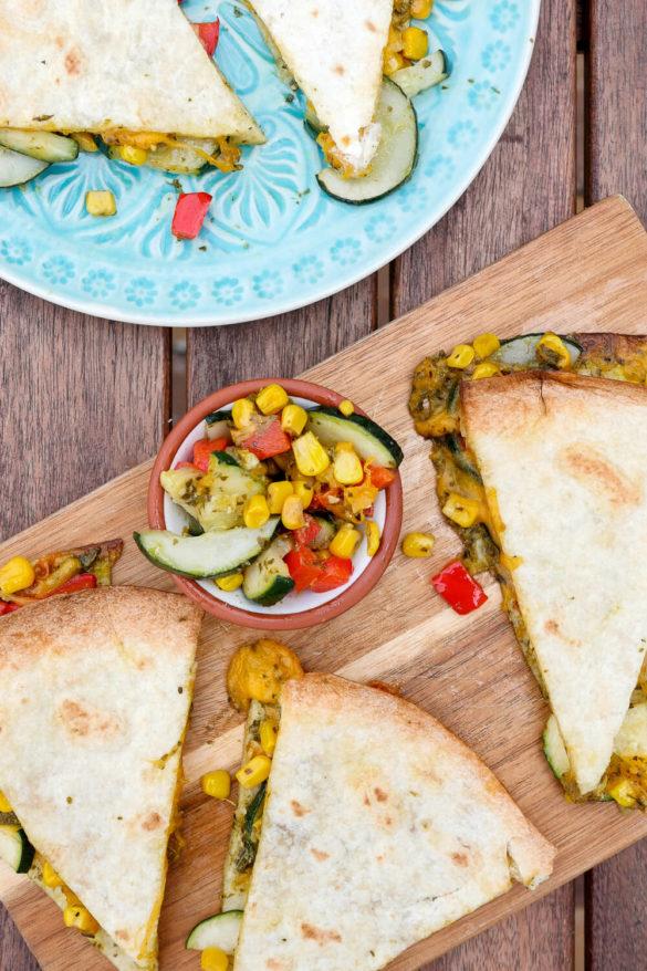 Schnelles Rezept für köstliche Pizzadillas mit grünem Pesto aus dem Backofen