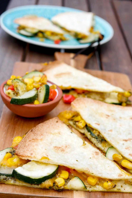 Einfache Quesadillas mit Pesto, Cheddar, Zucchini, Mais und Paprika - ein schnelles Abendessen für die ganze Familie - Gaumenfreundin Foodblog