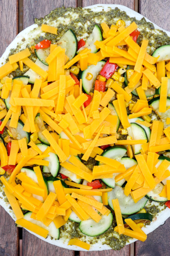 Tortilla Wraps mit grünem Pesto, Zucchini, Mais, Paprika, Knoblauch und Cheddar
