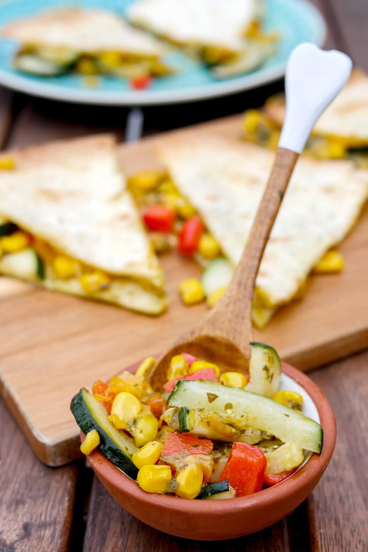 Gefüllte Wraps mit Pesto, Cheddar, Zucchini, Mais und Paprika aus dem Backofen - Gaumenfreundin Foodblog