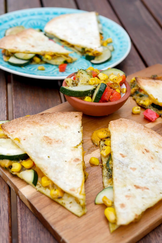 Quesadillas mit einer Füllung aus Gemüse, Käse und Pesto sind perfekt für die schnelle Feierabendküche