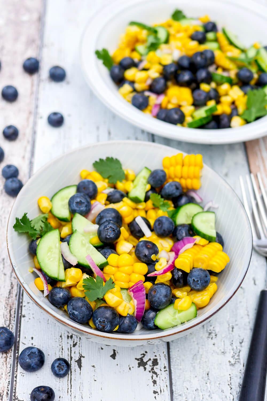 Salat mit Mais, Heidelbeeren, Gurke und Koriander - ein gesunder, knackiger und fruchtiger Sommersalat für die ganze Familie - Gaumenfreundin Foodblog