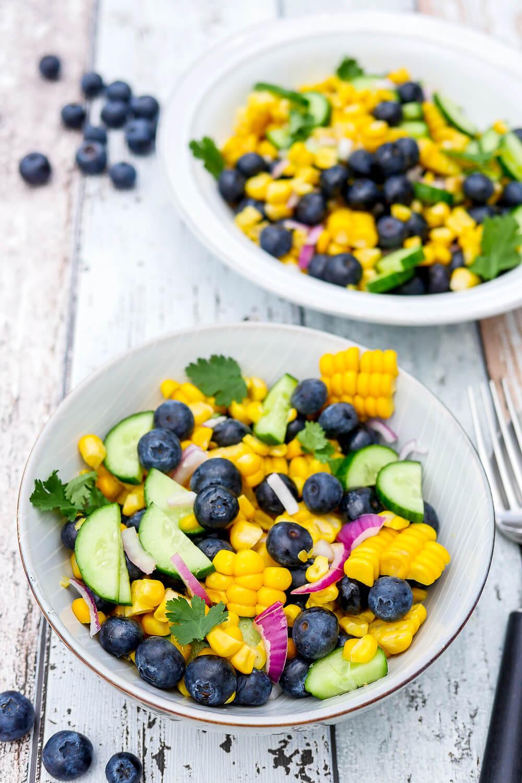 Heidelbeer-Mais-Salat - ein gesunder, knackiger und fruchtiger Sommersalat für die ganze Familie - Gaumenfreundin Foodblog